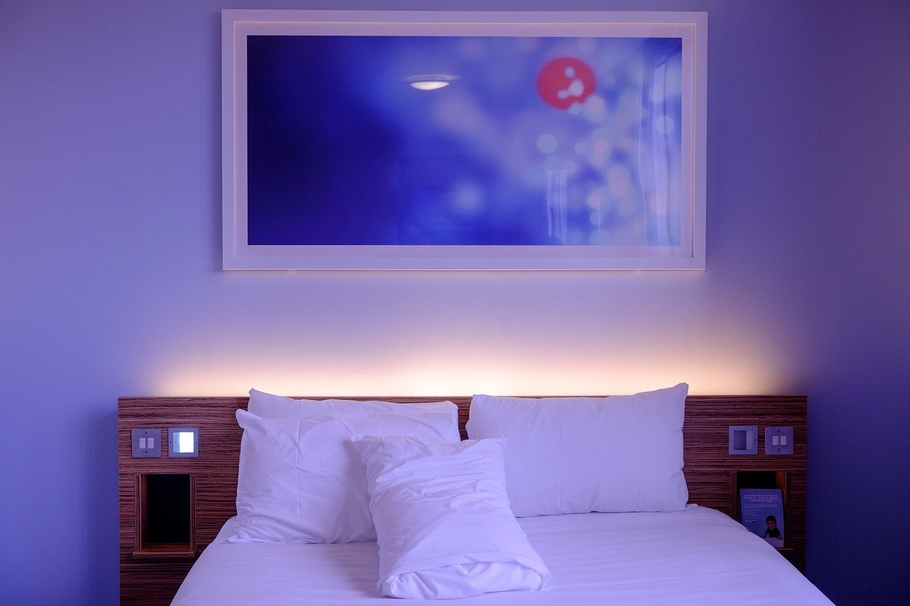 Jak ozdobić ścianę nad łóżkiem?